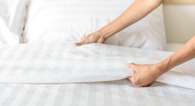 Come piegare le lenzuola del letto con angoli