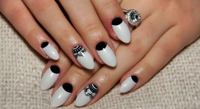 Come fare la moon manicure