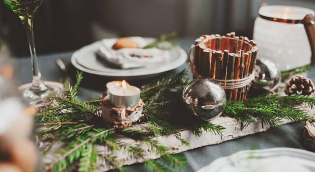 Centrotavola di Natale con candele e cannella