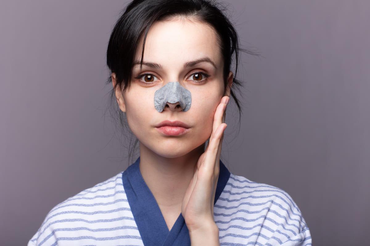 Ragazza cerotto naso pelle punti neri