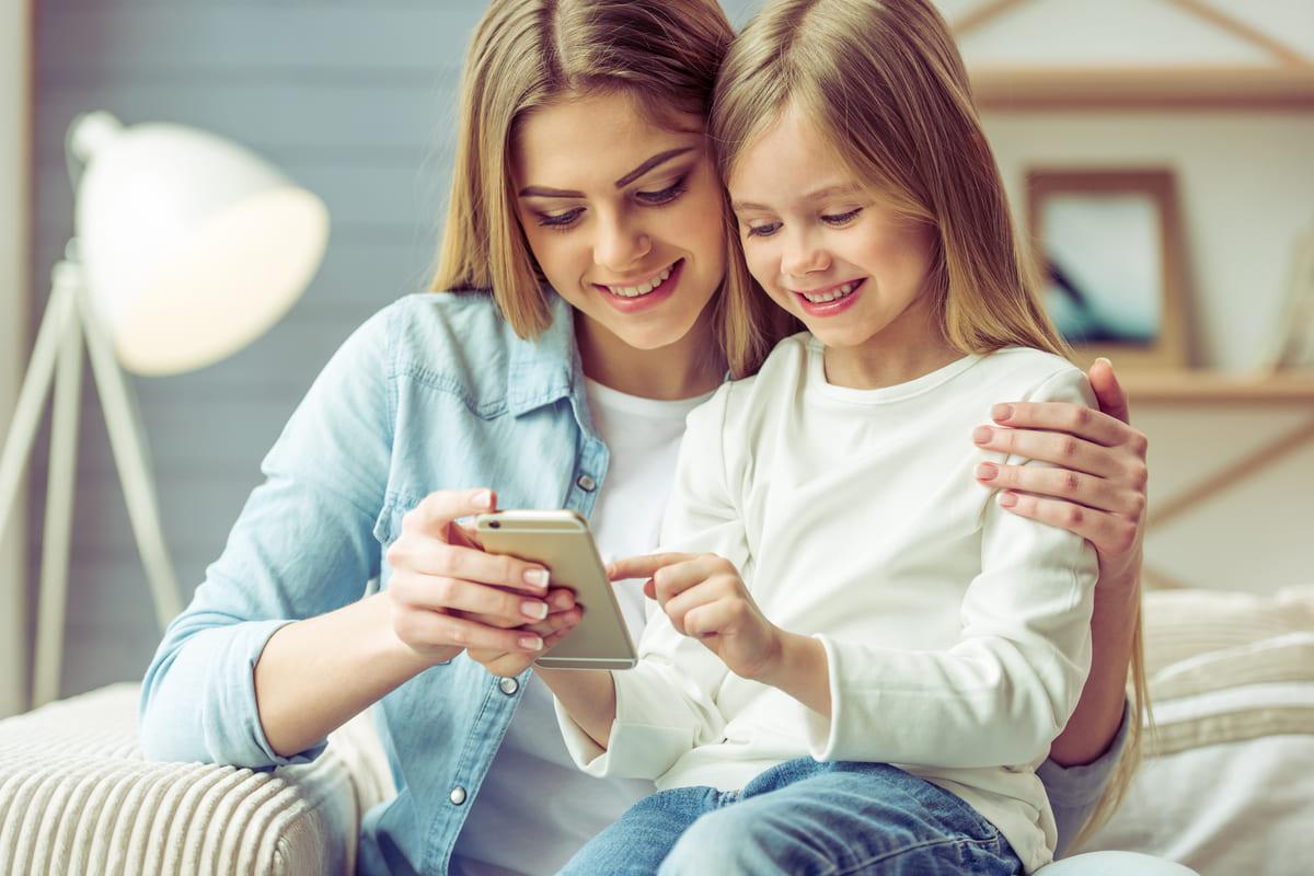 bambina ragazza divano sorriso smartphone cellulare
