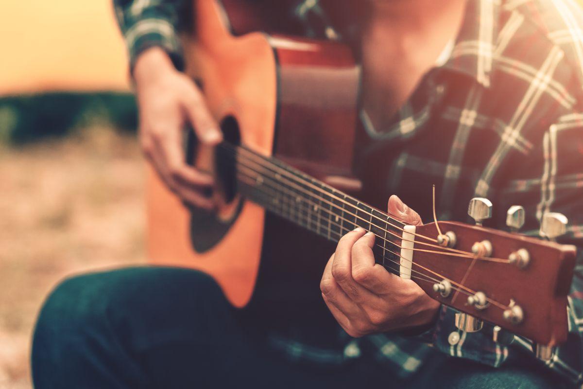 suonare chitarra musica strumento