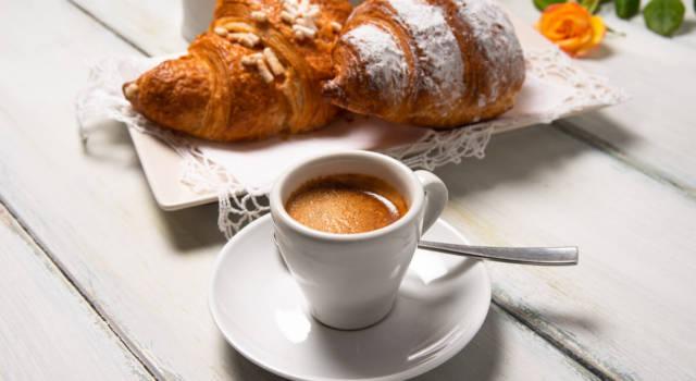 Come mescolare caffè secondo galateo