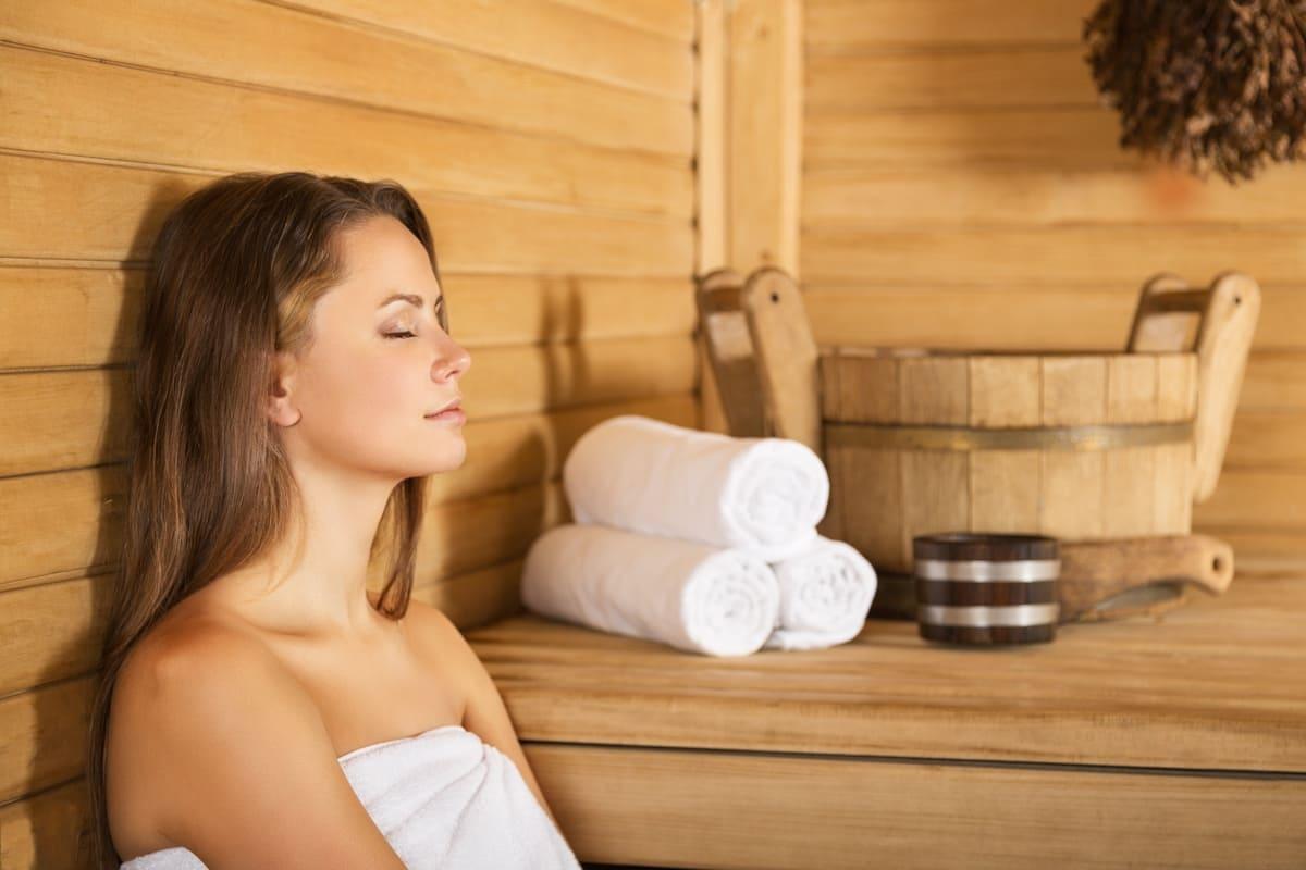 Ragazza sauna relax
