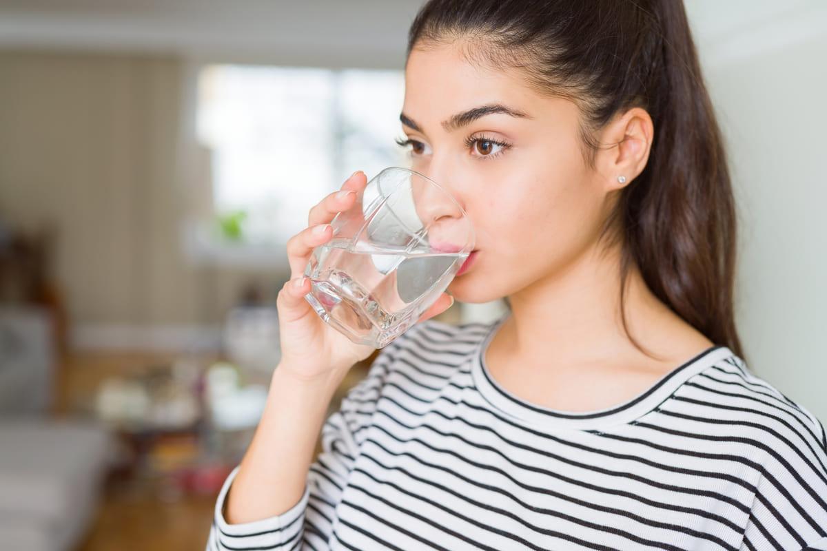 donna bere acqua
