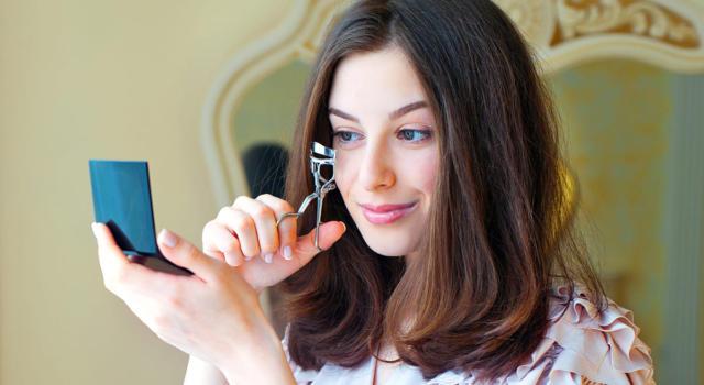 Come applicare eyeliner con piegaciglia