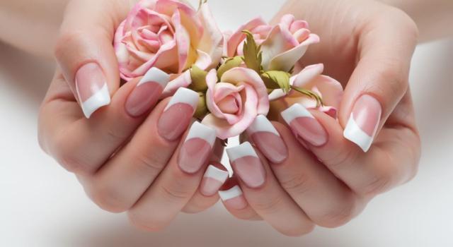 Come fare la french manicure con adesivi