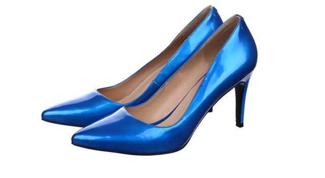 Come abbinare decolleté blu con calze