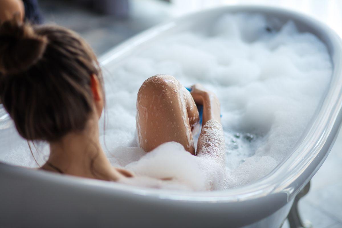 vasca sapone lavarsi bagno donna schiuma