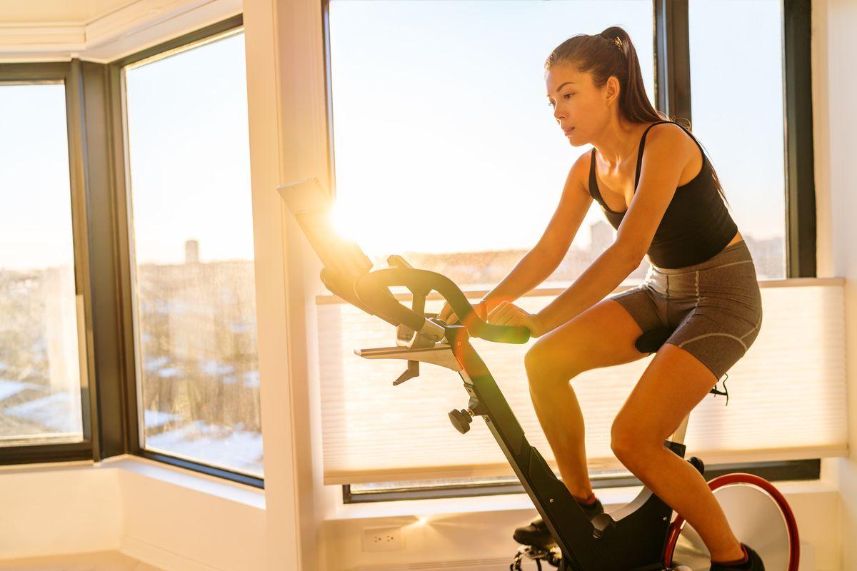 ragazza fitness sport bike cyclette soulcycle