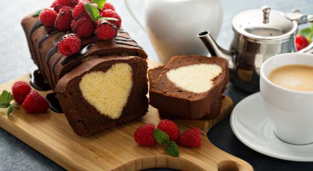 La torta con cioccolato delle uova di Pasqua e frutti rossi