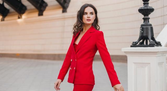Come indossare un tailleur rosso