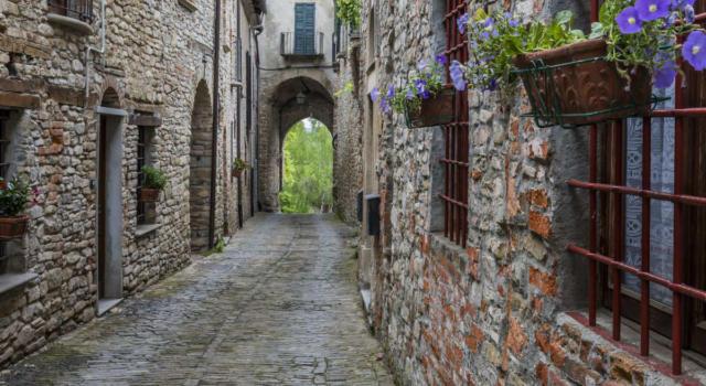 Visitare Mombaldone, uno dei borghi più belli d'Italia