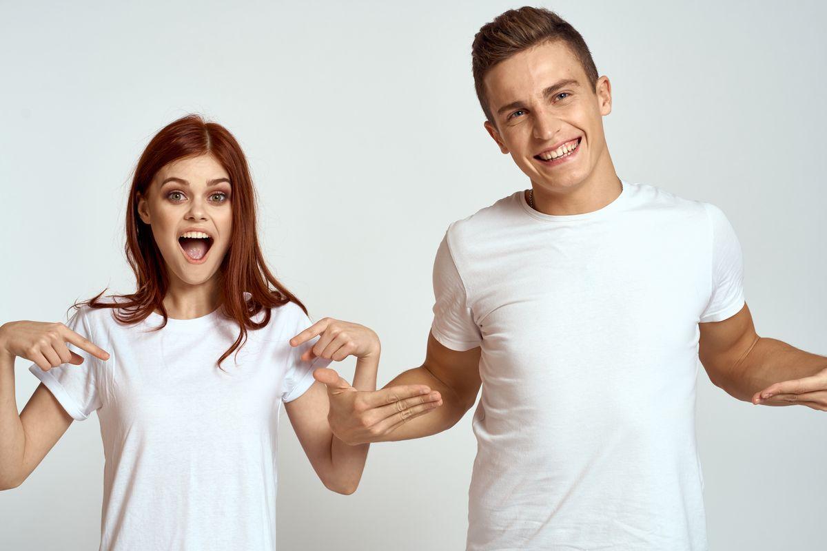 coppia ragazzi magliette bianche