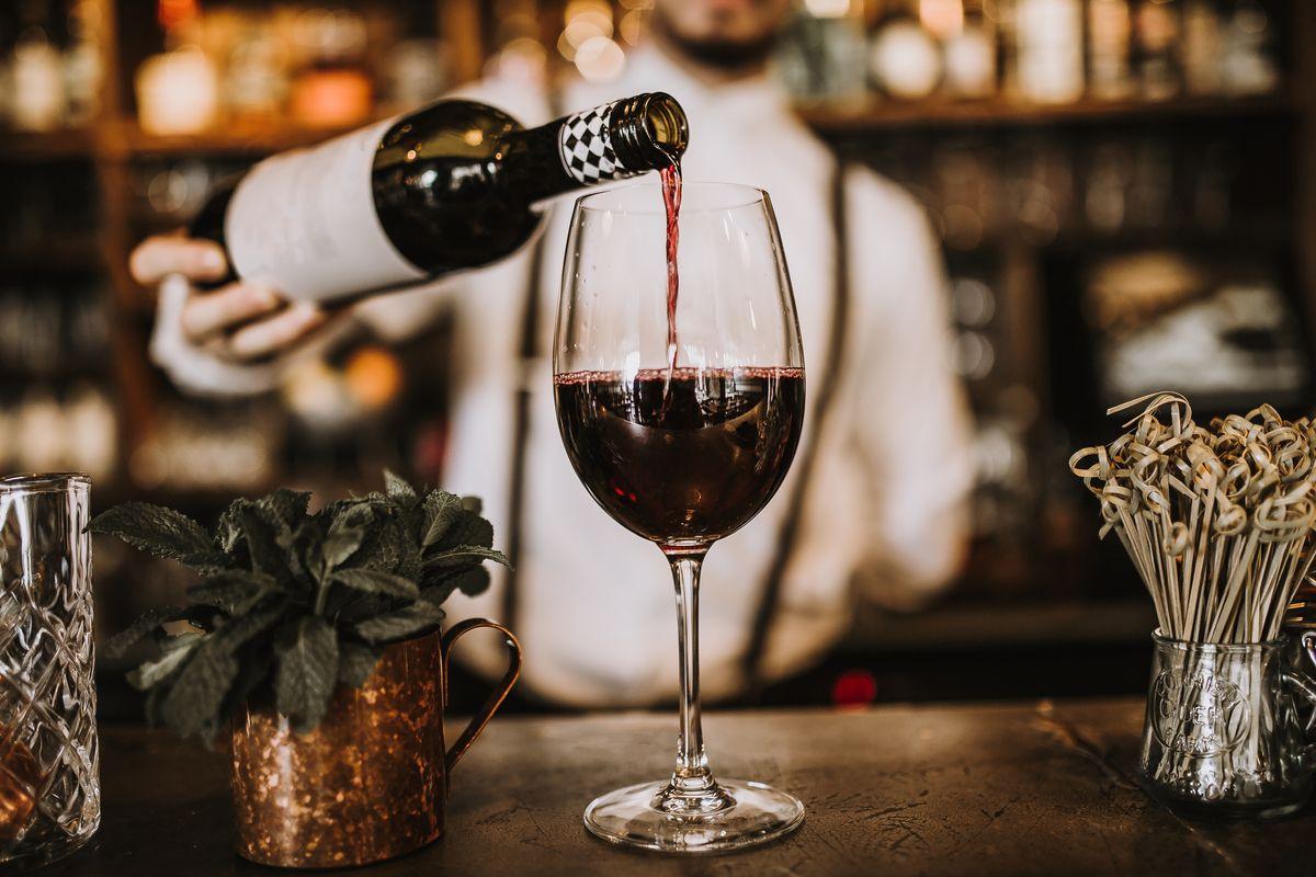 barman bicchiere di vino