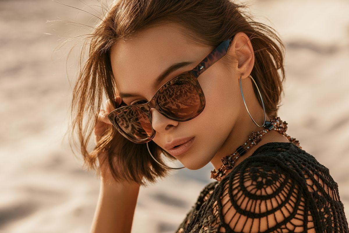 ragazza occhiali da sole orecchini