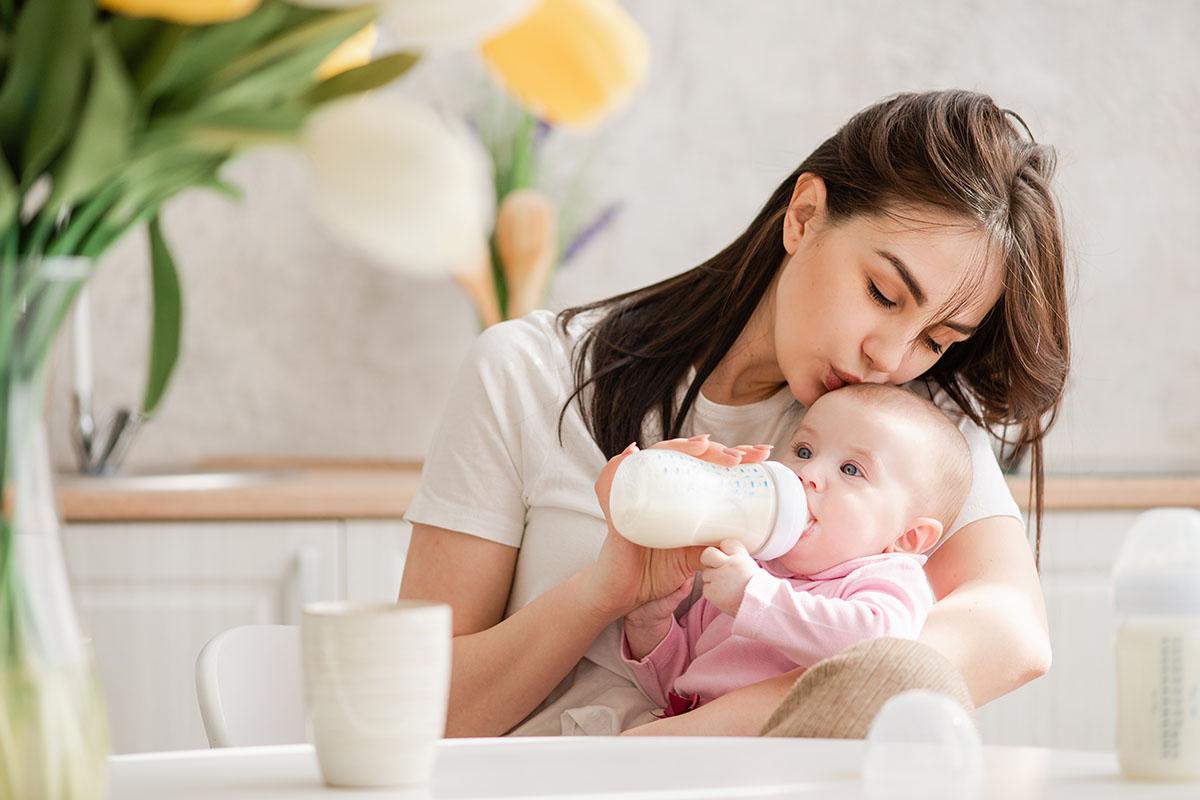 mamma allatta neonato biberon