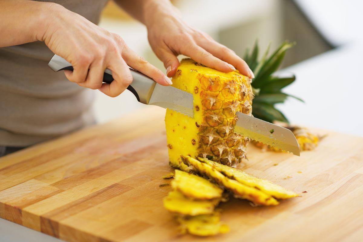 Ananas buccia tagliare tagliere