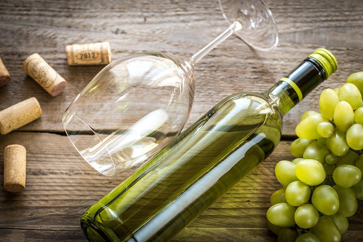 vino bianco uva bicchiere bottiglia