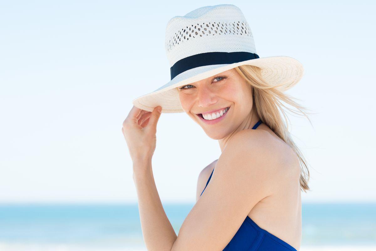 Donna cappello di paglia bianco