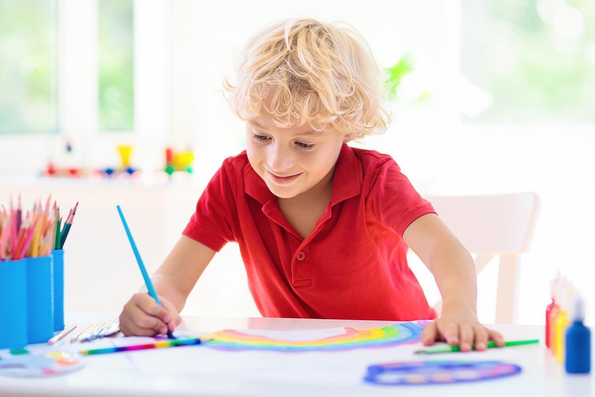 bambino disegnare colori lavoretti