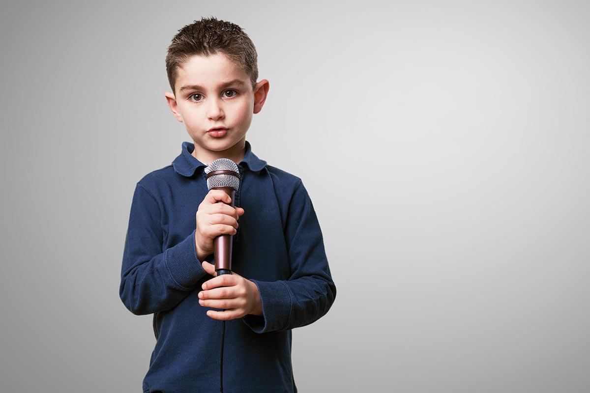 bambino microfono cantare zecchino d'oro