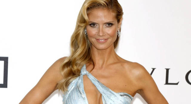 Heidi Klum stupisce ancora: la minigonna è da capogiro