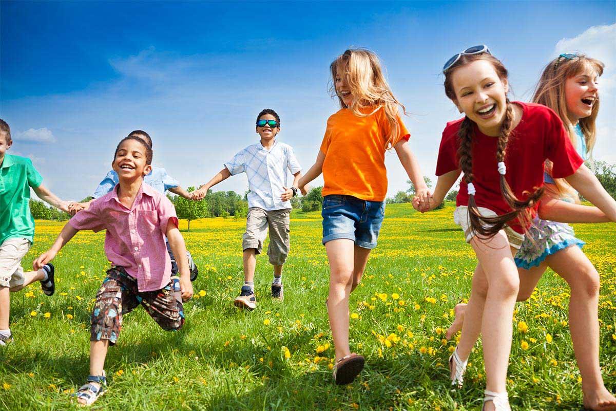 bambini giocano all aperto giocare
