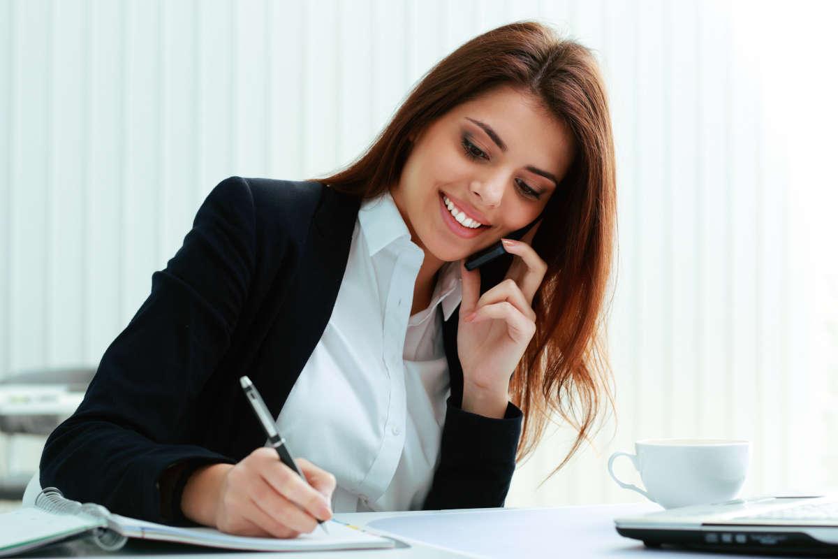 ragazza segretaria telefono appunti ufficio