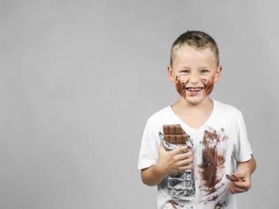 Come eliminare le macchie di cioccolato (da tutte le superfici)