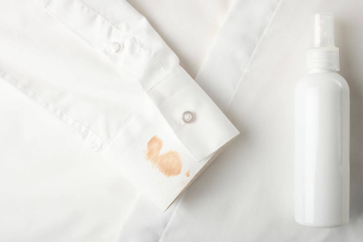 Camicia macchiata di fondotinta