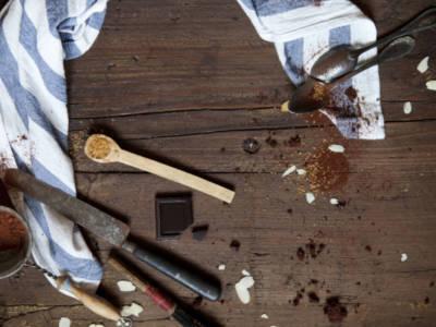 Bello fare i biscotti, ma… come si tolgono le macchie di cacao?