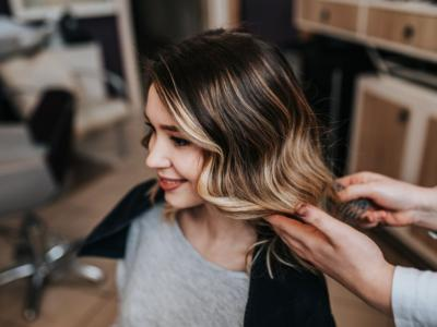 Come fare le meches bionde sui capelli castani