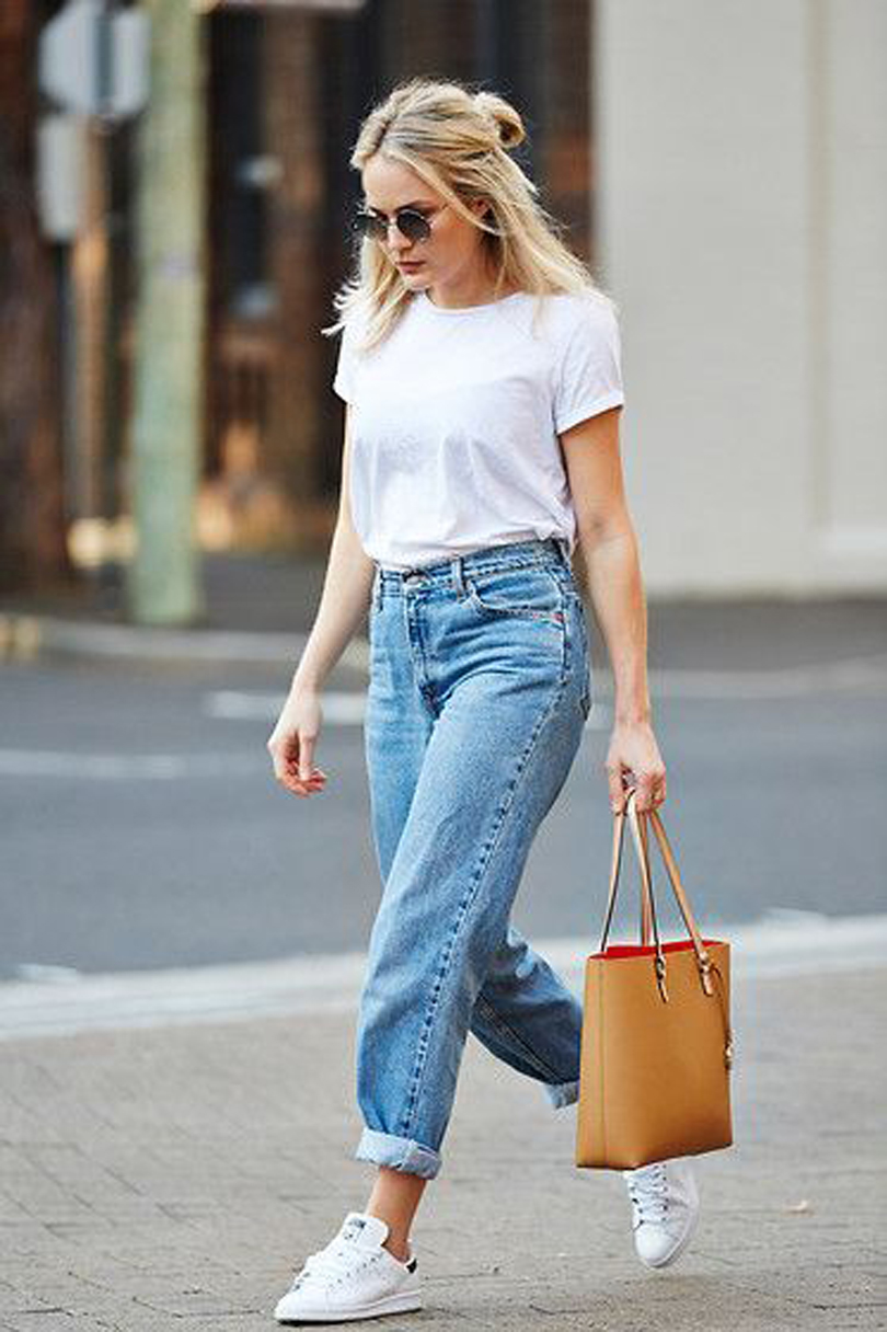 jeans e t-shirt con sneakers
