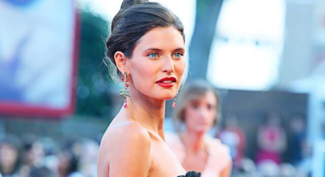 Tutto su Bianca Balti: i segreti di bellezza, le figlie (identiche a lei) e il body positive