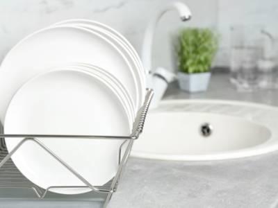 Ecco come eliminare l'odore di cibo dai piatti con metodi naturali ed economici