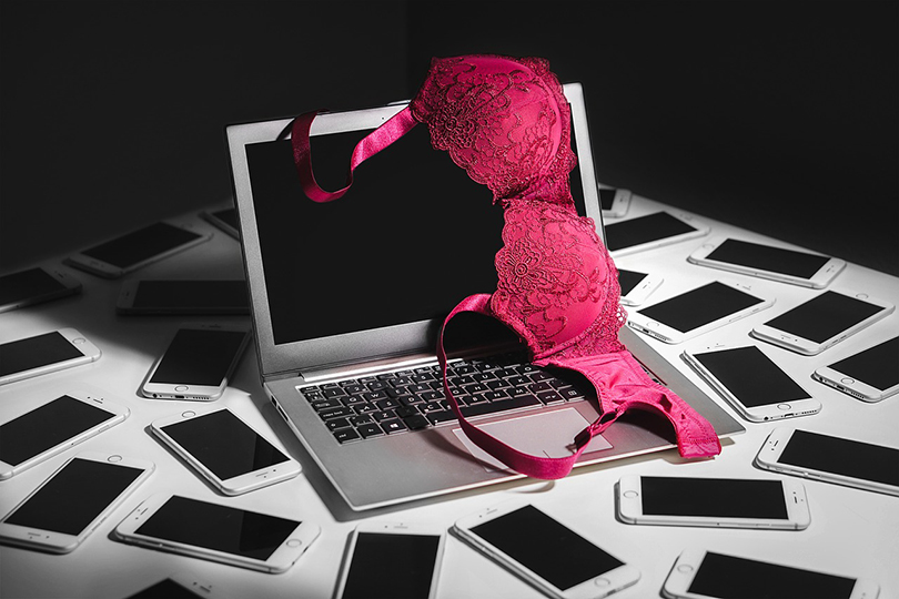Reggiseno su notebook