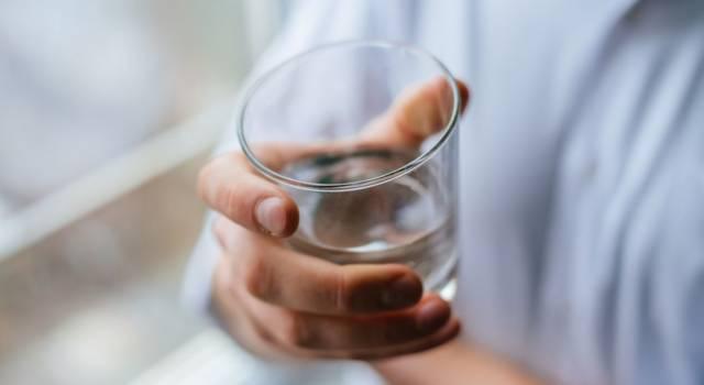 Acqua distillata: a cosa serve (e come farla in casa)