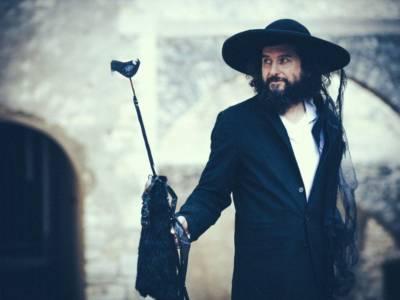 Chi è Vinicio Capossela, il cantautore che non si separa mai dai suoi cappelli