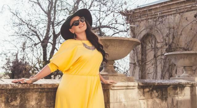 Donna curvy con vestito giallo