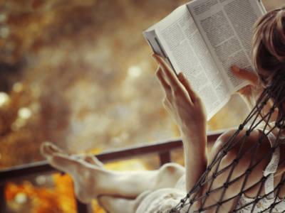 Sei un'avida lettrice? Ecco i 6 migliori libri romantici per quest'autunno