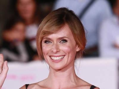Chi è Serena Autieri, l'attrice tutta lentiggini (dalla bellezza senza fronzoli)