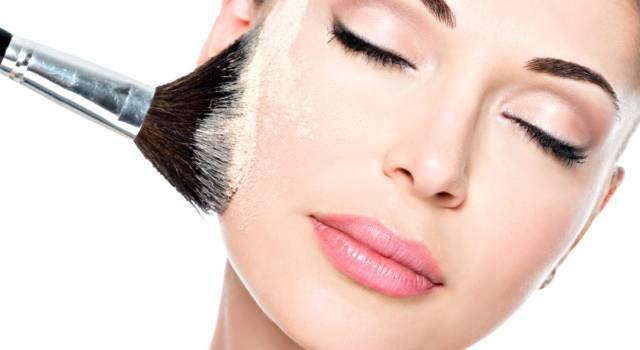Come eliminare la pelle lucida con cipria
