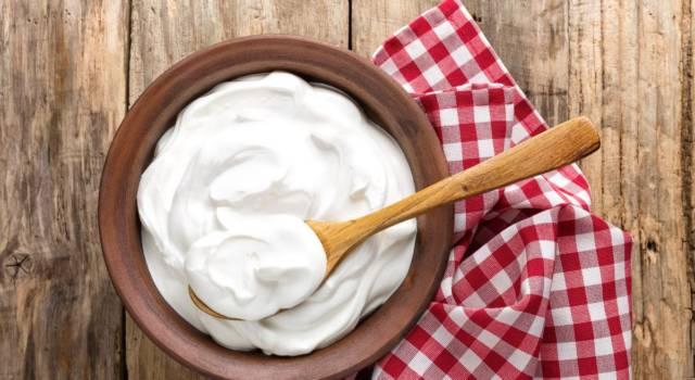 Si può riciclare lo yogurt scaduto? Tutti i consigli in cucina, ma anche…
