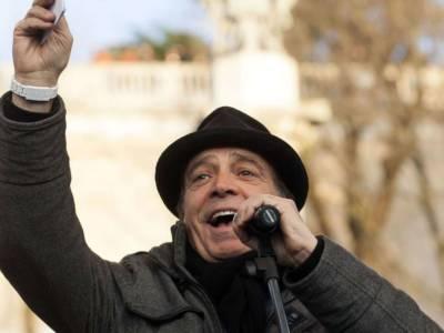 La protesta no green pass di Enrico Montesano