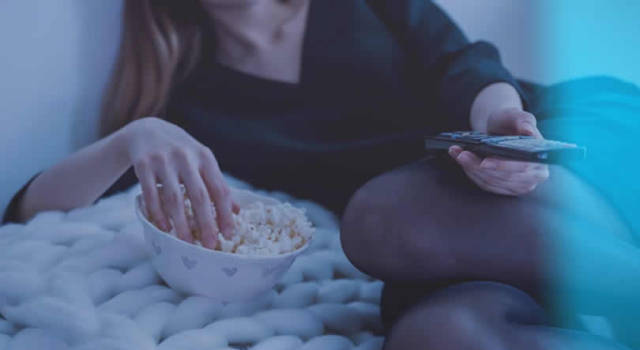 Binge watching con pop corn