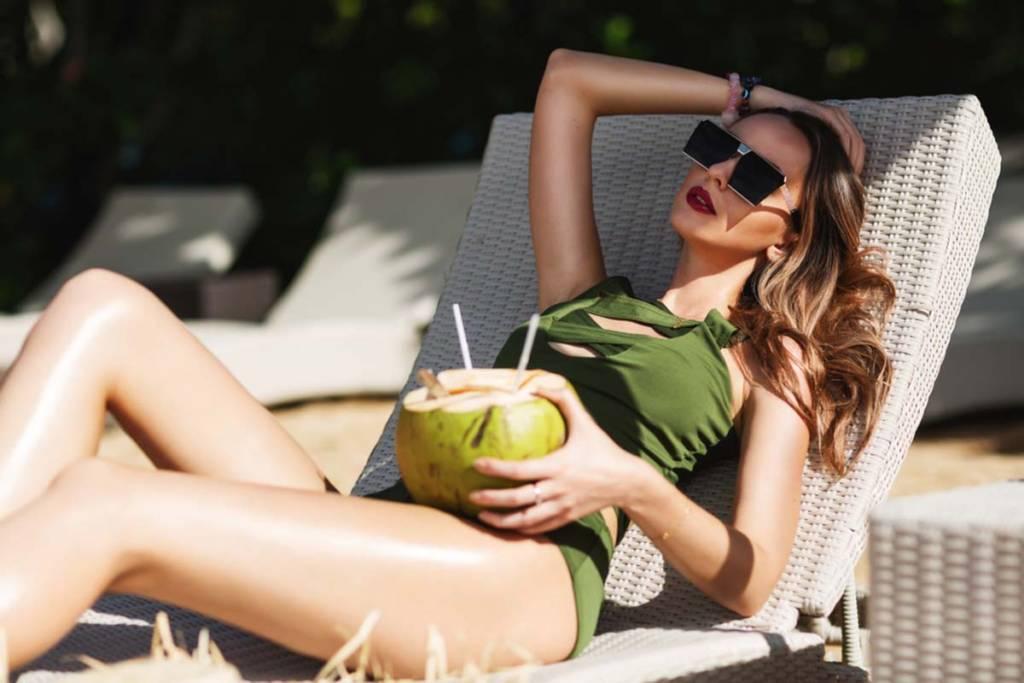 bikini e occhiali da sole