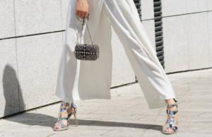 Pantaloni bianchi a palazzo