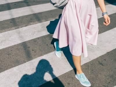 Indossare un abito lungo e a stampa con le sneakers si può: è la tendenza del momento
