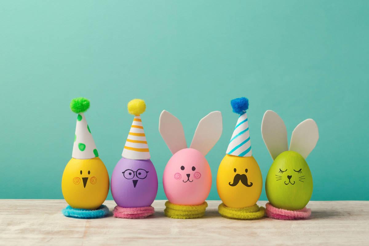 Uova colorate e decorate